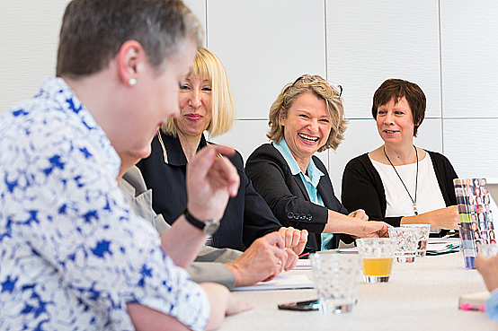 Das Organisationsteam des Unternehmerinnen-Netzwerks UTS. 3.v.re.: Gründerin Beate Challakh © Inga Haar Businessfotografie