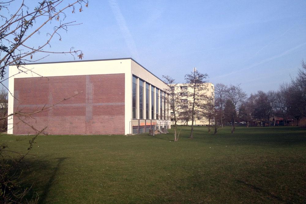 Auf der grünen Wiese: Stadtbad Tempelhof in der Götzstraße @K. Schwahlen