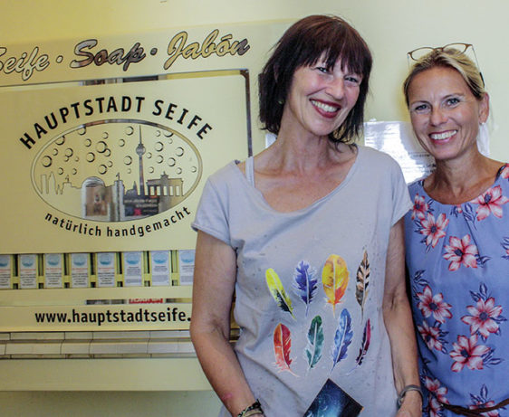 Gelungenes Netzwerken: Regine Klimes, Martina Pohl und der Hauptstadtseifen-Automat im Café Pausini © Katrin Schwahlen