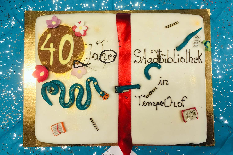 40 Jahre Bezirkszentralbibliothek Tempelhof: Das Café Pausini stiftet die Geburtstagstorte ©K. Schwahlen
